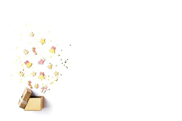 Рождественская подарочная коробка с коллекцией украшений для макета на белом фоне. вид сверху. плоская планировка