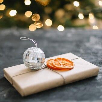 お祝いのインテリアの装飾が施されたクリスマスギフトボックス