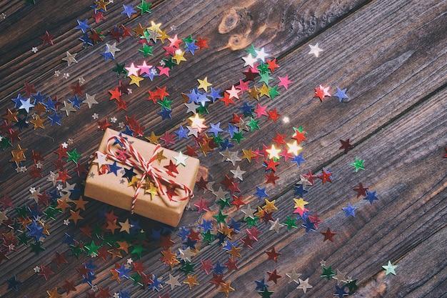 Новогодняя подарочная коробка с украшениями