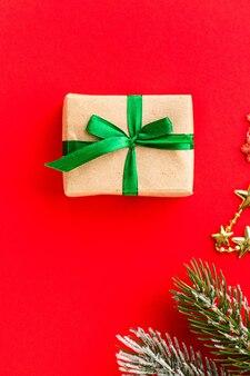 Новогодняя подарочная коробка с декоративными элементами