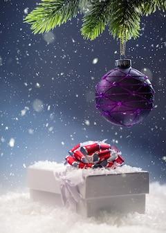 抽象的な雪のシーンでの贈り物とクリスマスギフトボックス