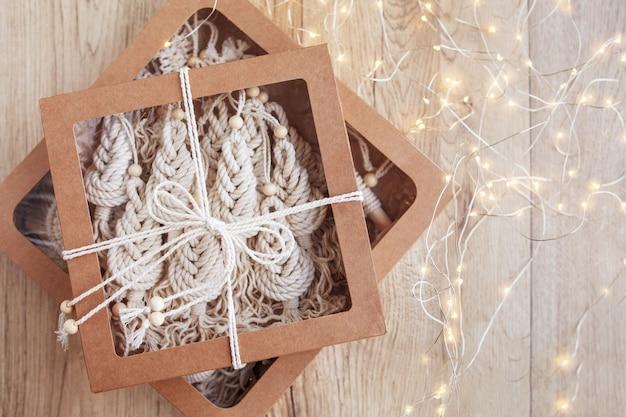 마크라메 장식이 있는 크리스마스 선물 상자 마크라메 스타일의 크리스마스 트리