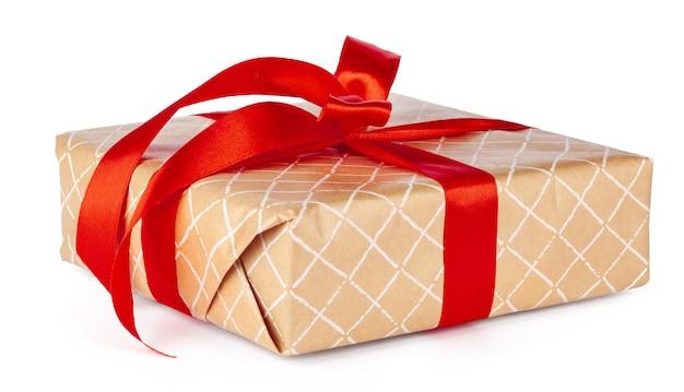 Рождественская подарочная коробка с красной лентой на белом фоне