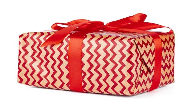 白で隔離される赤いリボンとクリスマスギフトボックス