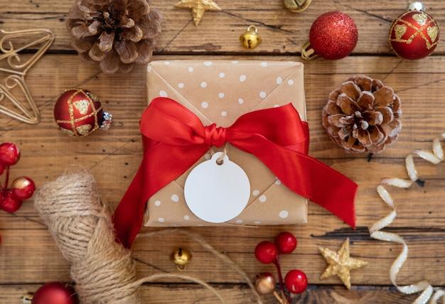 Рождественская подарочная коробка с круглой пустой подарочной биркой, вид сверху
