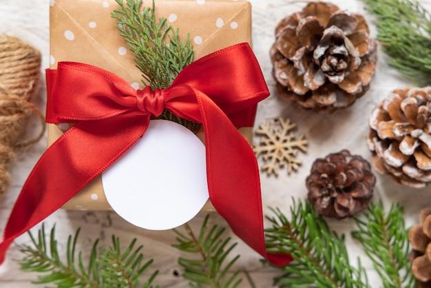 Рождественская подарочная коробка с круглой подарочной биркой, макет