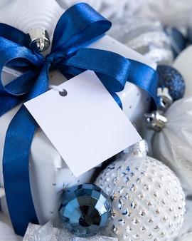 Рождественская подарочная коробка с квадратной пустой подарочной биркой, макет