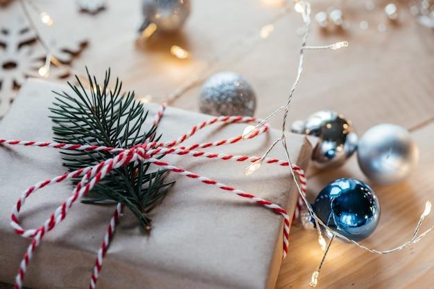 소나무 가지와 함께 크라프트지에 싸인 크리스마스 선물 상자