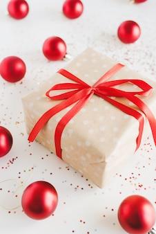 赤いリボンとクラフト紙で包まれたクリスマスギフトボックス