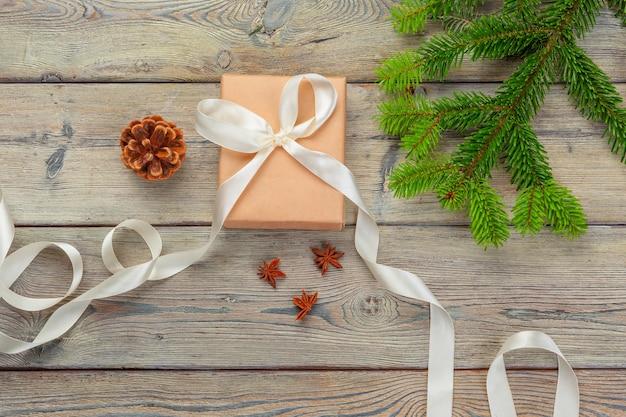 크리스마스 선물 상자와 나무 테이블에 전나무 나무 가지.