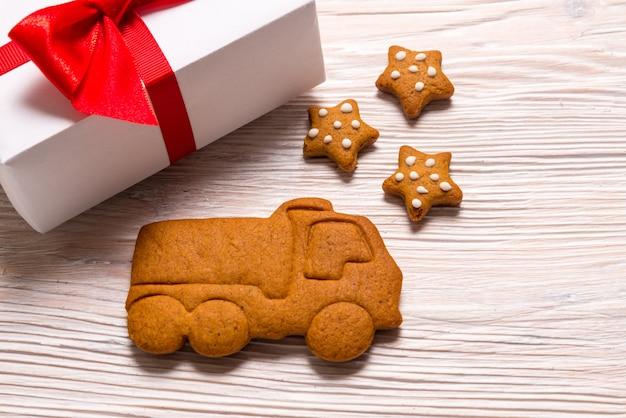 クリスマスギフトボックスとジンジャーブレッドトラック