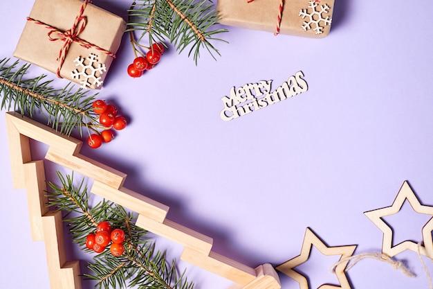 크리스마스 선물 상자와 전나무 가지와 복사 공간이 있는 마가목 열매가 있는 뉴 티어 트리