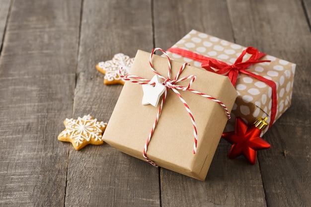 빨간 리본 및 꼬기 장식 크리스마스 선물 상자