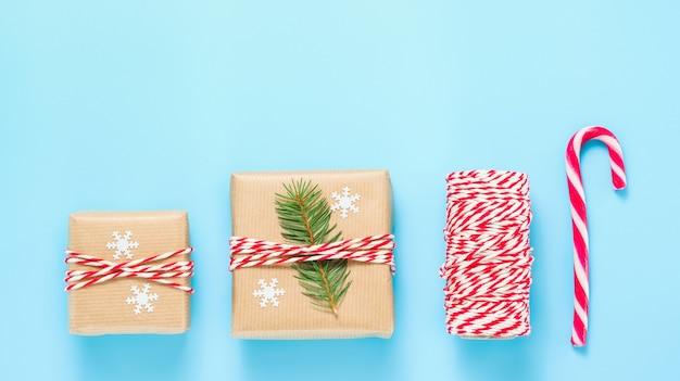 꼬기 리본과 전나무 나뭇가지로 장식된 크리스마스 선물 상자