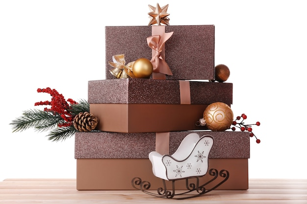 Рождественские подарочные коробки, изолированные на белом