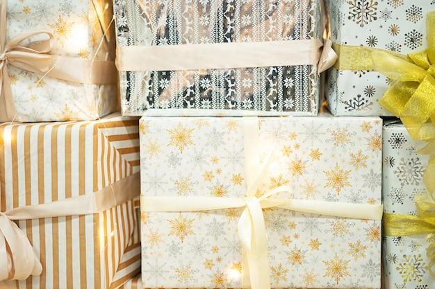 クリスマスギフトボックスメリークリスマスと新年あけましておめでとうございますのコンセプト