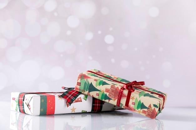 明るい背景の上のクリスマスギフトボックス