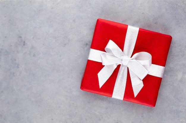 Рождественские подарочные коробки на пастельном фоне.