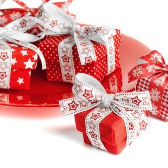 赤いプレート上のクリスマスギフトボックス