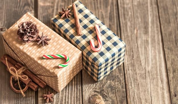 Рождественские подарочные коробки на деревянных фоне, концепция рождественских праздников