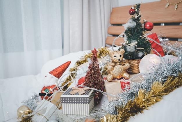 Рождественские подарочные коробки, елка, дед мороз, украшения из шара и лент