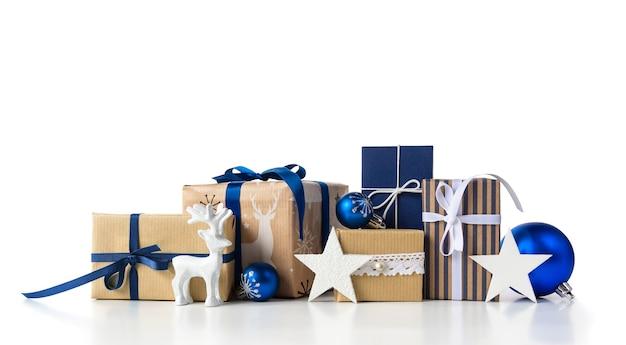 白い背景にクリスマスの青いボールとつまらないものと鹿がセットされたクリスマスギフトボックス。