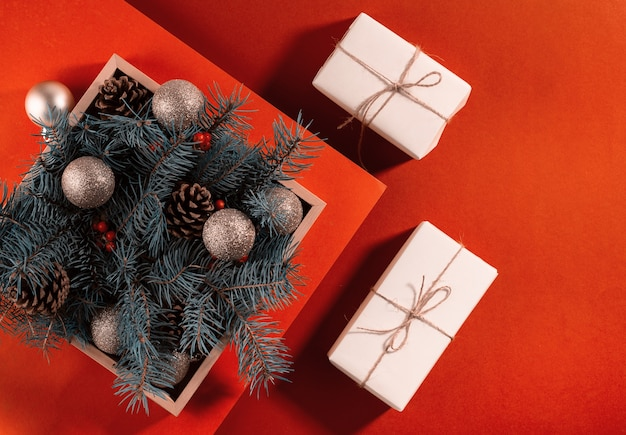 Рождественские подарочные коробки с праздничными еловыми ветками.