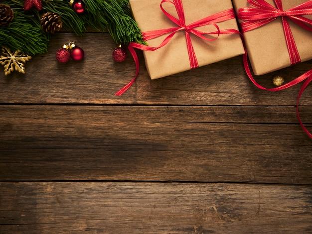 전나무 나무 가지와 소박한 어두운 나무 배경에 장식 크리스마스 선물 상자