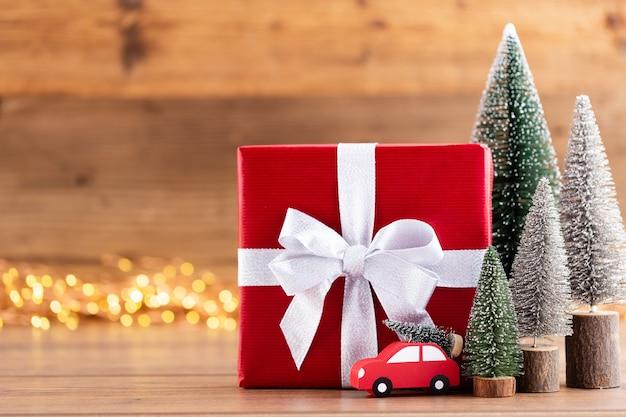 Рождественские подарочные коробки с лентами и елкой на боке