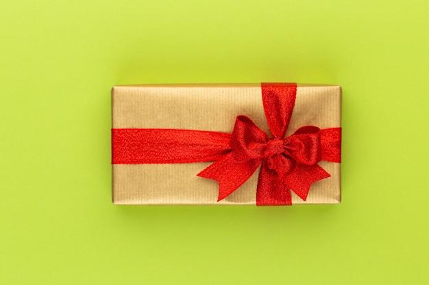 색상 탁상에 리본으로 크리스마스 선물 상자.