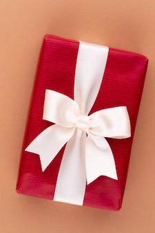 Рождественские подарочные коробки с лентами на цветном столе.