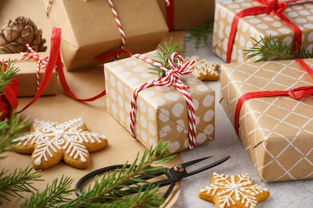 크리스마스 선물 상자, 포장지, 쿠키 및 빨간 꼬기