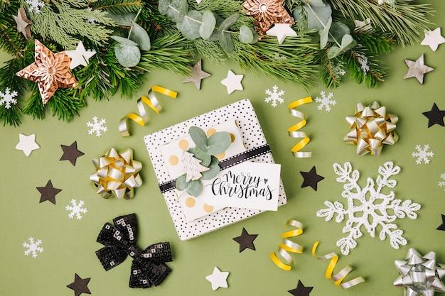 緑と黒の色のクリスマスギフトボックスと装飾。フラットレイ、上面図