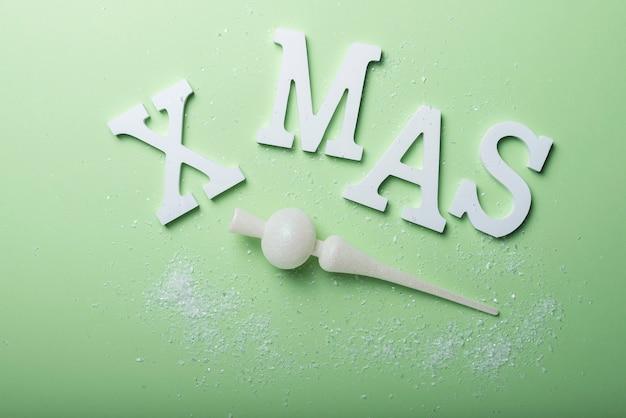 緑の背景に白い文字でクリスマスギフトカード。休日の概念、テキストのコピースペースのトップダウンビュー