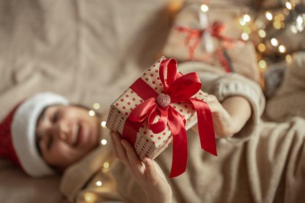 クリスマスプレゼントは女性の手でクローズアップ