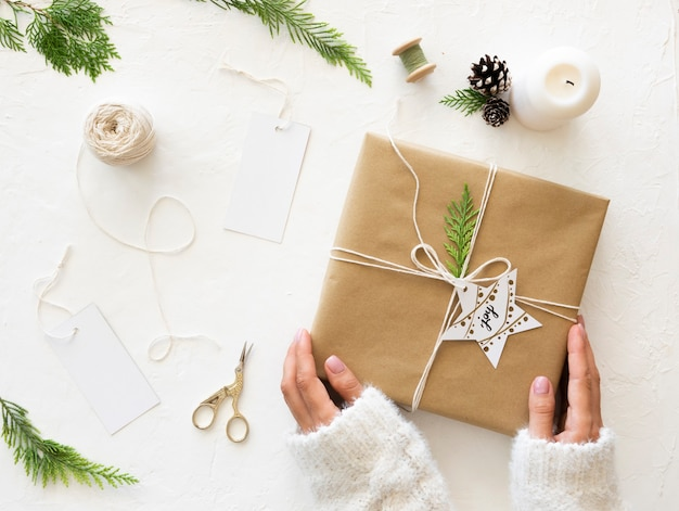 크리스마스 선물 개념입니다. 수제 포장 크리스마스는 공예 종이, 도구 및 장식으로 선물합니다. 평면도