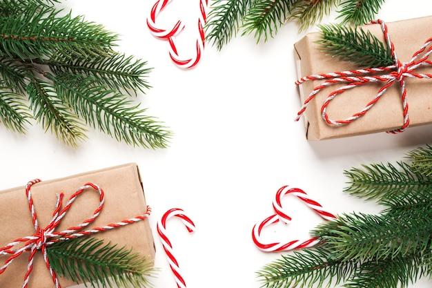 クリスマスプレゼント、モミの木の枝と白い表面のクリスマス飾り
