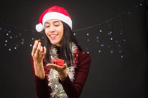 선물 상자를 들고 산타 클로스 메리 크리스마스 라틴 여자의 크리스마스 선물