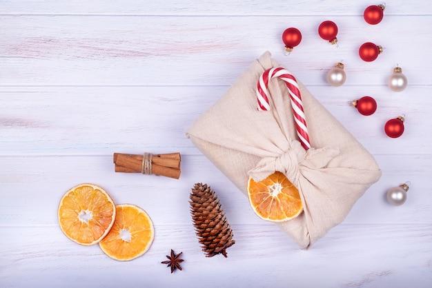 보자기 포장의 크리스마스 선물. 제로 폐기물, 생태 크리스마스 휴일, 장식 개념.
