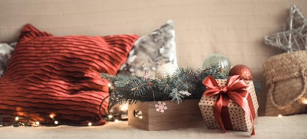 ソファの上のリビングルームでのクリスマスプレゼント、お祭りの装飾品。