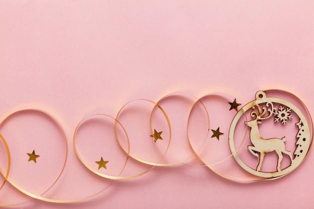 ピンクの背景にクリスマスプレゼント、大晦日のお祝い