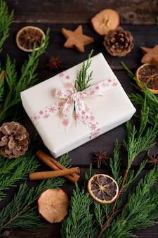 Рождественский подарок на старинных деревянных фоне.
