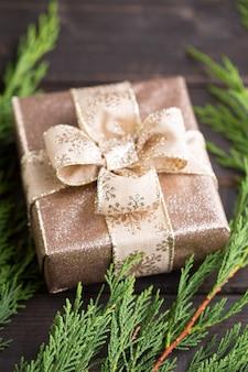 アンティークの木製の背景にクリスマスプレゼント。