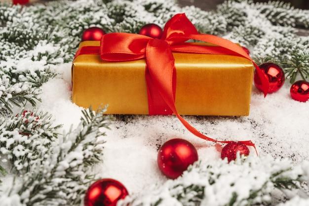 눈 가루 나무 테이블에 크리스마스 선물
