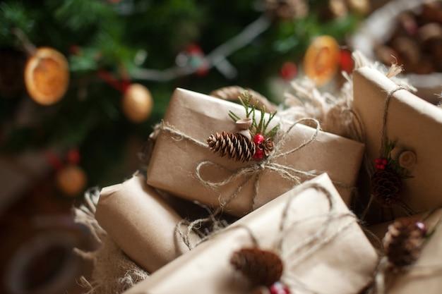 クリスマスプレゼントやお正月ボックスは、コーン付きのクラフトペーパーリネンコードで裏打ちされています。クリスマスの装飾。冬休み