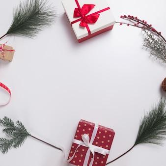 クリスマスプレゼント、松ぼっくり、モミの枝