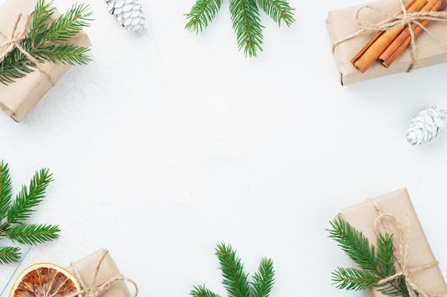 クリスマスプレゼント、松ぼっくり、モミの枝。