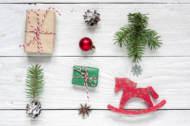 クリスマスプレゼント、松ぼっくり、モミの木の枝、赤いボール、おもちゃの馬