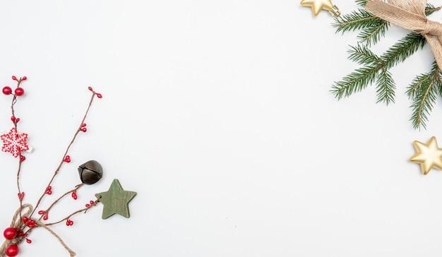 금색과 빨간색 볼 크리스마스 선물 활에 고립 된 흰색 배경