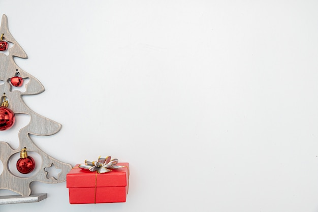 금색과 빨간색 볼 크리스마스 선물 흰색 벽에 고립 된 활